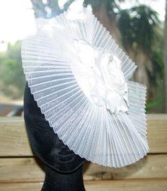 Tocado plisado en blanco con flor de seda. ArtJoana.com