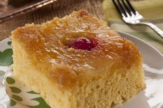 Everyone loves an upside-down cake, but who loves slaving over a hot oven all day? Our Quick Pineapple Upside Down Cake is made in the microwave, so you can transport yourself to a tropical island without all the hassle! Say hello to sunny beaches an Great Desserts, Cookie Desserts, Cake Mix Recipes, Dessert Recipes, Party Recipes, Yummy Recipes, Yummy Food, Pineapple Recipes, Hawaiian Recipes