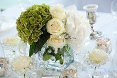 Hochzeit Tischdeko mit grünen und weißen Blumen