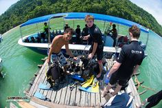 PADI IDCS Instructor Welson assits his student divers to disassemble their dive equipment after completing their first confined water dive session :)