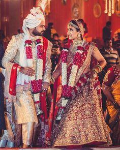 wedding garland Trending Varmala Designs for your Wedding Indian Groom Dress, Indian Bride Poses, Bride Groom Poses, Wedding Dresses Men Indian, Indian Bridal Photos, Indian Wedding Bride, Wedding Mehndi, Indian Weddings, Bridal Poses