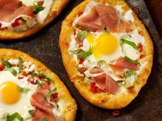 Con esta receta podrás preparar unas ricas mini pizzas para desayunar, ya que son de huevo, queso, tocino y cebolla. Reinventa tu desayuno.