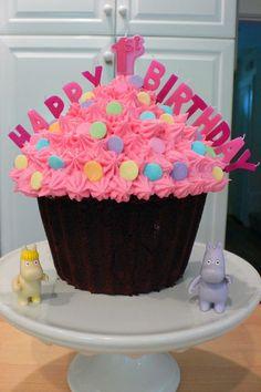 Cupcake party cake Big Cupcake, Giant Cupcake Cakes, Fancy Cupcakes, Cupcake Party, Cupcake Ideas, Cupcake Heaven, Cupcake Recipes, Baby 1st Birthday Cake, Pink Birthday Cakes