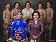 Sri-Sultan Hamengku Buwono X, Gusti Kangjeng Ratu Hemas, dan Putra Dalem updt African Royalty, King Fashion, Thai Dress, Yogyakarta, Kebaya, Historical Photos, Traditional Dresses, Indian Actresses, Strong Women