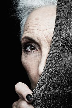 aging gracefully bold nail, sooty eye, this is sexy and not too dark Stylish Older Women, Advanced Style, Aged To Perfection, Ageless Beauty, Going Gray, Aging Gracefully, Grey Hair, Silver Hair, Old Women