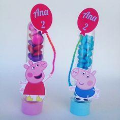 Tubetes Peppa Pig pra alegrar a comemoração! #laleliatelier #peppapigparty #tubetepeppa #tubetegeorgepig #festapeppapig #lembrancinhainfantil #tubetepersonalizado #tubetescrap Peppa E George, Aniversario Peppa Pig, Cumple Peppa Pig, Pig Birthday, Birthdays, Kids, Little Girls, Candy Centerpieces, Themed Parties