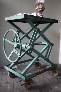 Ancienne table elevatrice d'atelier console ou table basse patine d'origine