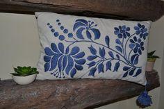Almohadones bordados a mano Línea Monocromáticos en internet Embroidery Needles, Crewel Embroidery, Embroidery Patterns, Machine Embroidery, Crochet Patterns, Cutwork Saree, Embroidered Cushions, Diy And Crafts, Throw Pillows