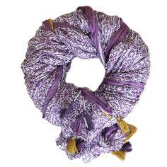 Lilac Crush Sommerschals kann man nie genug haben! Dieser ist aus 100% kühler Baumwolle, schmiegt sich im lässigen Crush-Look um den Hals und ist mit dem Sommerliebling 2016 verziert: Quasten. Auch von denen können wir jetzt nicht genug haben! #LaMagonda #LaMagondaShop #Accessoires
