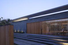 Pitsou Kedem Architects har ritat det här glashuset i Tel Aviv, Israel som ger intrycket av att trotsa fysikens lagar med en svävande takkonstruktion.