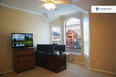 Aprovecha cada espacio que 7 Archer Oak tiene para ti y planea lo que te gustaría poner aquí. ¡Apresúrate antes de que la renten! #casa #casas #decoración #interiores #ventana #televisor #lcd #tv #tecnología #playground