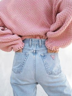 This outfit is amazing! I love the high waisted jeans and the bubble pink sweater. The jeans give off a cool feel and the sweater looks so comfy! I want this outfit. Style Année 80, Looks Style, Mode Style, Pink Style, Fast Fashion, Look Fashion, Winter Fashion, Womens Fashion, Gq Fashion