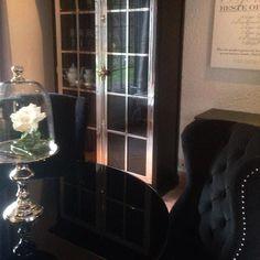 Tøft hos @hildehagen1 @hildehagen1 Stoler og skap fra @classicliving #manhattanluxcabinet #Louisvingestol #diningroom #classicliving #spisestue #spisestol #interiør #Stuemøbel #glammøbler #glam #classyhome #interior #furniture #home #design #interior125 #interior444 #interiør123 #interior4all #hem_inspiration #husoghjem