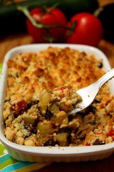 Crumble aux légumes du soleil, très bon et vite à faire. Fait le 25 juillet 2015. En doublant la dose pour 6. Soit avec1 oignon, 2 belles Courgettes, 1 aubergine, tomate en conserve, basilic et pour la pâte, 100 gr de farine, 100 gr de beurre et 60 gr de parmesan. Faire rissoler l'oignon, puis l'ensemble des légumes 15-20 min au thermomix et mettre dans un plat avec la pâte à crumble faite au thermomix. Cuire à 180 degrés 40-50 mon.