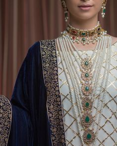 From Satlada's to Rani Haar and Kundan sets, we found the most trending jewellery ideas for real brides. Here are some bridal necklace designs ideas to help you decide your bridal jewellery. India Jewelry, Gold Jewelry, Fine Jewelry, Jewelry Making, Trendy Jewelry, Jewelry Shop, Ring Set, Ring Verlobung, Hyderabadi Jewelry