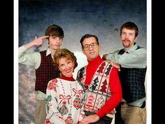 The BEST awkward family photo lol