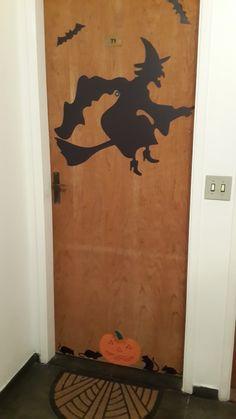 porta decorada com adesivos preto