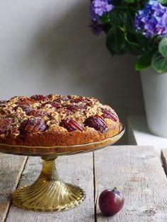 Plommekake med hasselnøtter  #plommer #plommekake #plums #plumcake #hasselnøtter #hazelnuts #cake #kake #baking #frukt #fruity #matmedfrukt #fruktig #oppskrift #recipe #enkel #easy Nom Nom, Cookies, Baking, Desserts, Pai, Kitchens, Bread Making, Tailgate Desserts, Biscuits