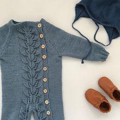 @sma_skattar Det mønsteret #høstløvdress #strikk#strikker#strikking#guttestrikk#babystrikk#strikkmemma#strikktilbarn#barnestrikk#babyknits#strikktilgutt#strikkedilla#strikkeglede#strikkeinspo#strikkeinspirasjon#knit#knitting#knitstagram#instaknit#knitting_inspiration#knittersofinstagram#lagerstrikk2018#knittinginspiration#knitspiration#strikktilbaby#babyklær#knitwear#knitforboys#dalelerke Baby Knitting, Crochet Baby, Knit Crochet, Baby Outfits, Kids Outfits, Baby Prince, Baby Dress, Style Inspiration, Romper