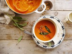 A delicious pepper and parsnip soup with Alpro Soya to boost your lunch! Good thing, this recipe is so tasty AND healthy!  Meal of the day: lunch - dinner. Suited for: lactose-free - vegan - vegetarian - gluten-free. Ingredients: peppers - parsnip - quinoa - parsley.