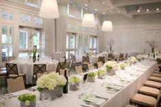 Un centre table et une  décoration avec des fleurs de la hortensia blanche