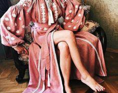 Cette robe est brodée sur toile de lin 100 % italienne. Chaque point, chaque couleur et élément brodé symbolise le bien-être, l'énergie, le calme, amour, prospérité et bonheur.  Longueur : 130 cm  Nous pouvons faire cette robe sur commande. Temps de production - 2-5 semaines.  Nous vous propose un grand nombre de couleurs à la fois des tissus et des broderies, ainsi que des sont ouvertes pour la réalisation de vos idées en faisant ces robes sur commande, à l'unité pour vous. De plus, nous…