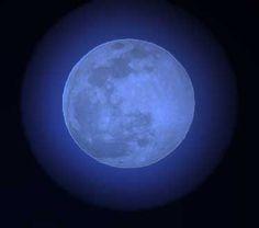 Lua azul é quando acontecem duas luas cheias em um mesmo mês. Isso acontece Uma vez a cada dois anos e sete meses. Se a Lua cheia é propícia para rituais de properidade e abundância, imagine um mês com duas delas! A próxima ocorrerá em julho de 2015 - Blue Moon is when two full moons occur in the same month. This happens once every two years and seven months. If the full moon is conducive to prosperity and abundance rituals, imagine a month with two of them! The next will take place in July…