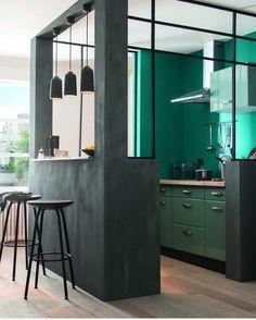 Amei esse conceito de cozinha para dividir espaços abertos e os tons de verde!! . . #decaracao #decoraçao #decor #decorsala #casa #sala #dicasdedecoracao #decoracaodeinteriores #decoration #decoração #decoraçãodeinteriores #homedecor #homedesign #designdeinteriores #casa #arquitetura #homedecoration #interioresdesign #interiores #homeoffice #saladetv #casei #decorar #homestudio #studio #ape #apartamento #casamento #areadeserviço #cozinha #cozinhaamericana by chuvadenoivas_casa…