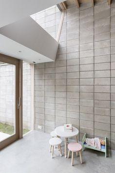 De binnenmuur in betonsteen loopt door als tuinmuur Home Design, Interior Design, Concrete Architecture, Concrete Wood, Wonderwall, Future House, Brick, Flooring, Building