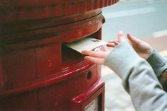 Você deve estar achando esquisito o fato de eu não ter colocado seu nome nessa carta. Nem nada de amor, paixão, chuchuzinho, amorzinho, queridinho (acrescente ou tire apelidos que se encaixam em sua relação) e todos esses diminutivos que geralmente pessoas apaixonadas (se for o caso de vocês usarem apenas diga isso, que vocês usam) usam. É só você. Uma carta para você. Para a pessoa que, de um jeito ou de outro, me fez ser alguém melhor. Veja bem, eu não escrevi seu nome porque não quero…