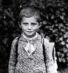"""Il grande Joseph Ratzinger da piccolo. Il Papa Benedetto XVI su Twitter: """"da bambino il Presepe mi dava grande gioia"""""""