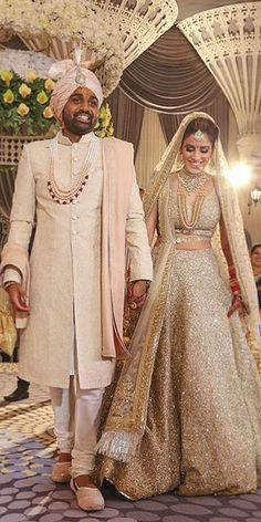Indian wedding dresses are very beautiful. Usual indian bridal dresses made of chiffon or silk and adorned with elaborate embroidery, red or gold color. Lehenga Wedding, Indian Bridal Lehenga, Bridal Wedding Dresses, Gold Lehenga Bridal, Wedding Cakes, Bridal Hijab, Indian Anarkali, Hijab Bride, Wedding Hijab