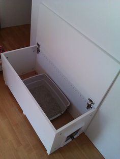 IKEA Hackers: Cat litter box in a living room, why not? – Possible also storage… IKEA Hackers: Cat litter box in a living room, why not? – Possible also storage for the litter locker! Hiding Cat Litter Box, Diy Litter Box, Hidden Litter Boxes, Litter Box Enclosure, Small Cozy Apartment, Hacks Ikea, Cat Hacks, Ikea Hackers, Cat Room