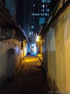 그사람 @그사람 / 골목풍경, 신촌의 20년 넘게 전혀 변하지 않은 골목. 바뀐 풍경이라면 저 길 건너 농협의 건물이 들어선 것 뿐이다. #사소한시선  / 서울 서대문 / #골목 #길 / 2014 01 03 / Slum Village, Alleyway, South Korea, Night, Architecture, Street, Random, Travel, Color