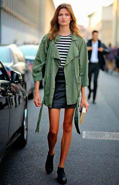 Listra + parka militar: é um combo fashion, que funciona toda vez. A pedida é ir de listras P&B.