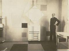 (Mondrian in his Paris atelier, 1933). Oh this is a minimalist artist on a minimalist room. Love !