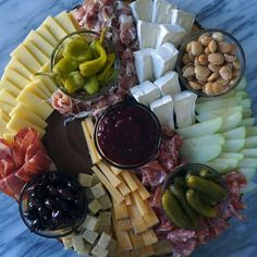 Plateau Charcuterie, Charcuterie And Cheese Board, Cheese Boards, Meat Cheese Platters, Cheese Table, Cheese Board Display, Cheese And Cracker Tray, Meat Trays, Fruit Trays