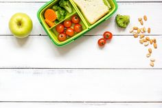 preparing lunch for child with vegetables and fruit to school top. Healthy Chicken Curry, Crockpot, Cake Vegan, Wraps, Wooden Background, Wooden Tables, Healthy Recipes, Healthy Foods, Free