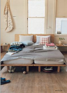 Muji - smooth low bed platforms, his and hers cushions Muji Furniture, Pallet Furniture, Small Space Living, Living Spaces, Muji Haus, Future House, Interiores Design, Home Bedroom, Child Room