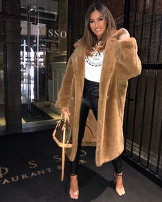 Kendall Jenner, Karl Lagerfeld, Vide Dressing, Winter Looks, Out Of Style, Fashion Forward, Winter Outfits, Fur Coat, Pretty