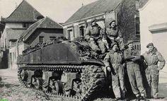 0210359 Coll. chr. Warnar: Militairen bij een tank in de Kerkstraat. Op de achtergrond Bartholomeus en het huis van Verkouteren.