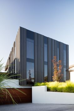 Plumbers House / Finnis Architects Completed in 2016 in Melbourne Australia. Images by Nic Granleese. Plumbers house by Finnis Architects is a bold and unashamedly modern addition to a suburban street in Strathmore Melbourne. Located North of. Factory Architecture, Architecture Panel, Commercial Architecture, Residential Architecture, Architecture Design, Australian Architecture, Contemporary Architecture, Building Exterior, Building Design