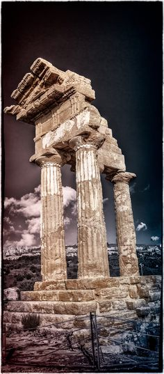 Temple of the Twin gods, Castor and Pollux, in Agrigento Sicily, ITALY Ancient Ruins, Ancient Rome, Ancient Greece, Ancient History, Places To Travel, Places To Go, Site Archéologique, Famous Buildings, Chapelle