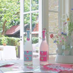Een feestelijk flesje bubbels zónder alcohol. #HEMA #bubbels #lemonade #feest Outdoor Life, Alcohol, Lemonade, Cosy, Wine, Bottle, Home Decor, Decorate Bottles, Outdoor Living