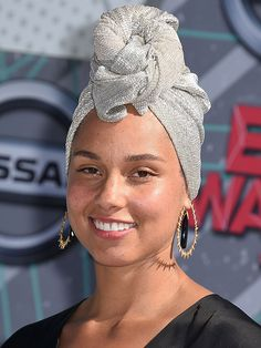 Alicia Keys is serious about her makeup-free movement — so much so that she made her red carpet debut with a totally bare face at the BET Awards. Beauty Make-up, Beauty Dupes, Beauty Women, Hair Beauty, Natural Beauty, Beauty Care, Turbans, Alicia Keys No Makeup, No Makeup Movement