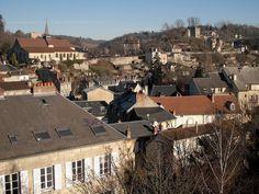 Aubusson, Creuse, capitale de la tapisserie, est une vieille ville pittoresque, dominée par es colines abruptes.