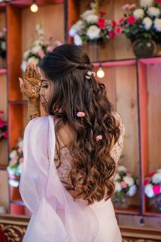 Who doesn't love a stylish sister of the groom? So it should come as no surprise that we have yet another impeccably dressed sister of the groom, wh. Sister Of The Groom, Bride Sister, Mehndi Hairstyles, Pretty Hairstyles, Lovely Girl Image, Girls Image, Wedding Groom, Wedding Attire, Bridal Photography