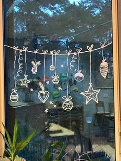 Christmas chalk drawings to celebrate Windows! 20 Christmas chalk drawings to celebrate Windows! 20 Christmas chalk drawings to celebrate Windows! Winter Christmas, Christmas Home, Christmas Wreaths, Christmas Crafts, Christmas Ornaments, Christmas Snowflakes, Christmas Fashion, Homemade Christmas, Christmas Window Decorations