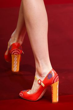 Dolce & Gabbana Spring 2015 Ready-to-Wear. I have a long skirt and peasant top these shoes would look fantastic with! Pretty Shoes, Beautiful Shoes, Cute Shoes, Me Too Shoes, Zapatos Shoes, Painted Shoes, Red Shoes, Vintage Shoes, Designer Shoes