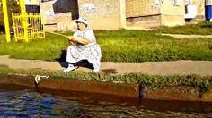 Рыбалка в луже на дороге Смешная рыбалка Приколы на рыбалке Ловля рыбы в...
